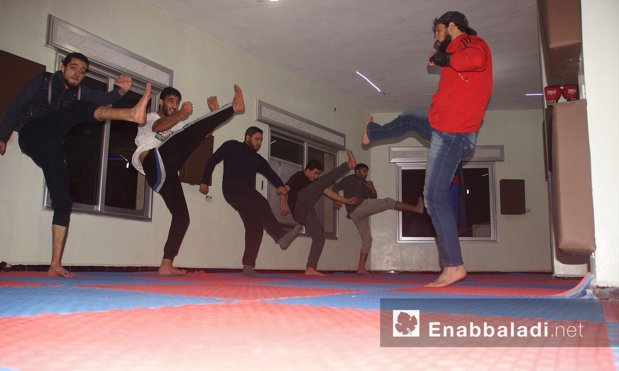 """تدريبات على الفنون القتالية ضمن مركز """"الشام"""" في مدينة إدلب - 7 كانون الأول 2017 (عنب بلدي)"""