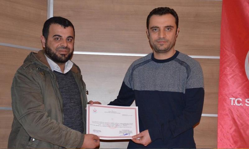 طبيب سوري يحمل شهادة إنهاء تدريب في أورفة التركية - 20 كانون الأول 2017 (موقع خبر تورك)