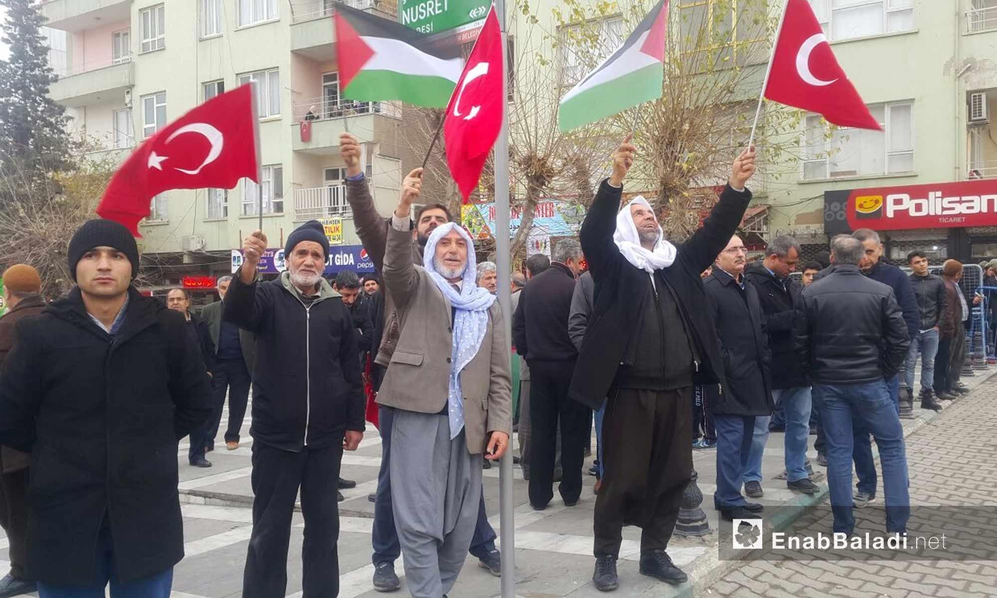 مسنون أتراك وسوريون يرفعون العلم التركي والفلسطيني في أورفة التركية تنديدًا بقرار ترامب حول القدس - 24 كانون الأول 2017 (عنب بلدي)