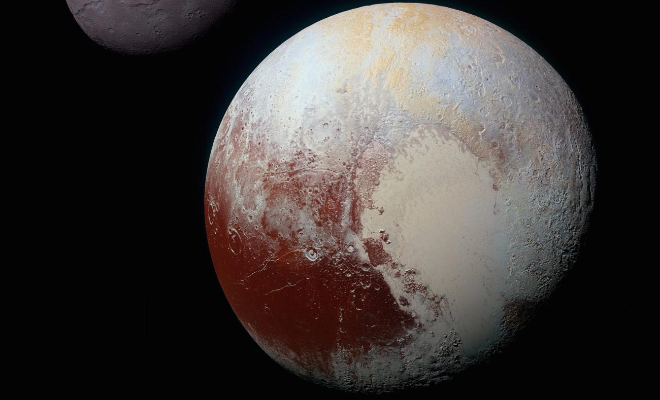 كوكب بلوتو وخلفه أكبر أقماره تشارون - 14 تموز 2015 (NASA)