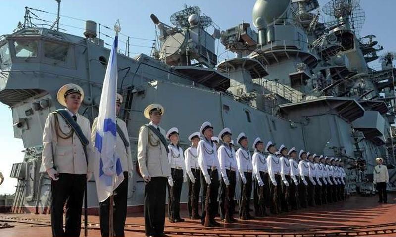 جنود روس قرب سفينة حربية روسية في قاعدة طرطوس - 2017 (سبوتنيك)