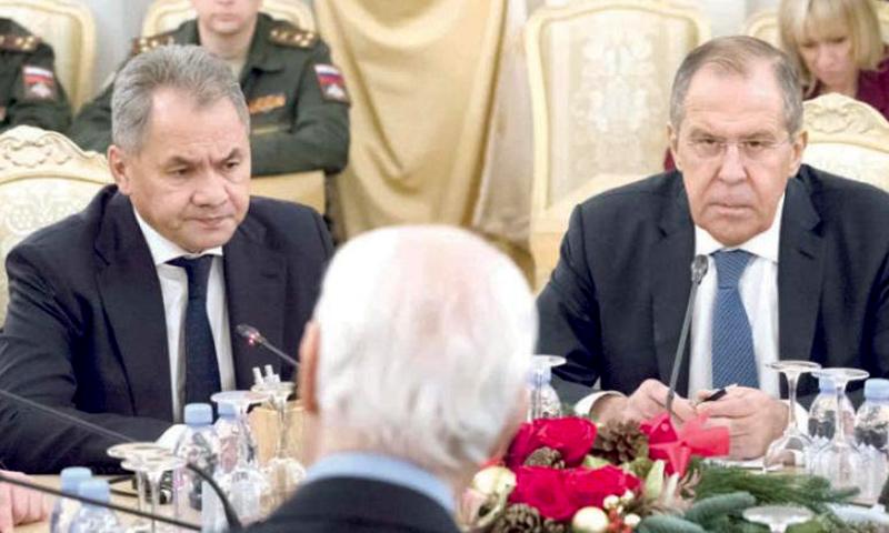 وزيرا الدفاع والخارجية الروسيان مع المبعوث الأممي إلى سوريا، ستيفان دي ميستورا في موسكو - 21 كانون الأول 2017 (AP)