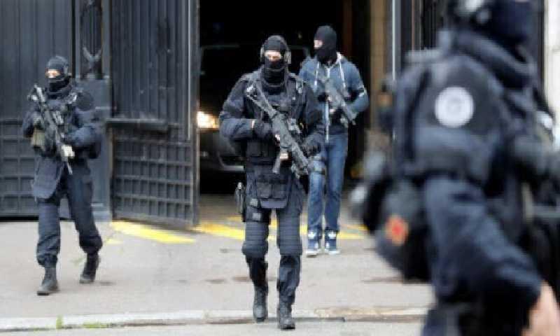 شرطيون فرنسيون أثناء محاكمة أثناء محاكمة أحد الجهاديين في 15 تشرين الثاني في فرنسا(أ ف ب)