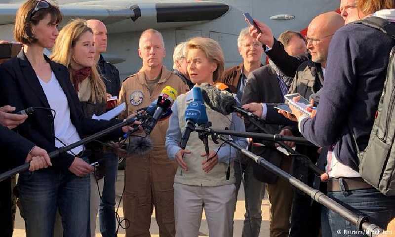 وزيرة الدفاع الألمانية، أورسولا فون دير لاين، الأحد 14 كانون الثاني، خلال زيارتها للجنود الألمان في قاعدة الأزرق الأردنية (رويترز)