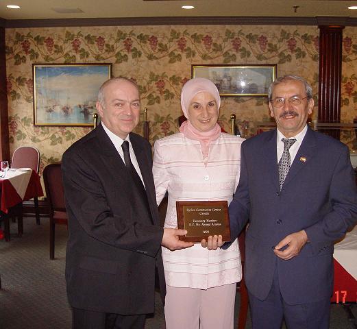 أحمد عرنوس (يمين الصورة) إلى جانب عقيلته والقنصل السوري في كندا - 2003 (syriatoday)