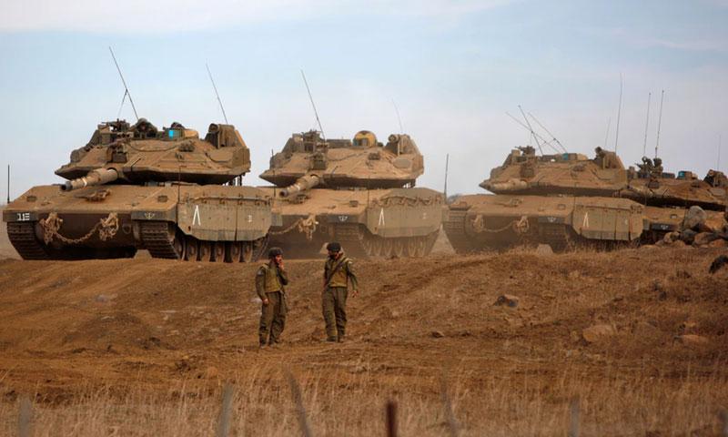 عتاد عسكري وجنديان إسرائيليان على الحدود مع سوريا - تشرين الثاني 2017 (AFP)