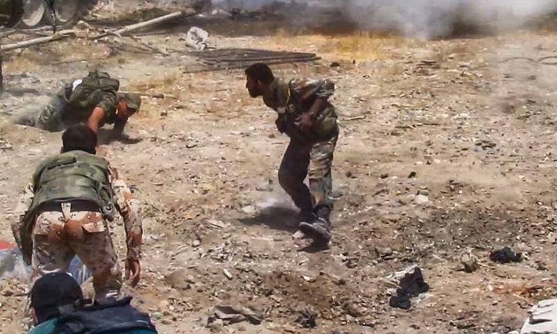عناصر من قوات الأسد خلال المعارك الدائرة على جبهات حي جوبر شرقي دمشق - كانون الأول 2017 (وسيم عيسى)