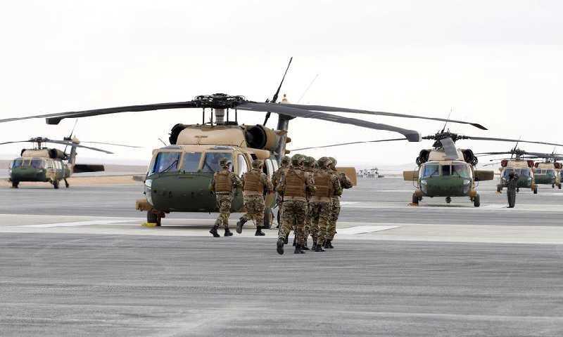 أفراد من الجيش الأردني يشاركون في مناورة لإنقاذ رهائن خلال حفل تسلم طائرات هليكوبتر بلاك هوك من الحكومة الأمريكية في قاعدة عسكرية أردنية 28 كانون الثاني (رويترز)