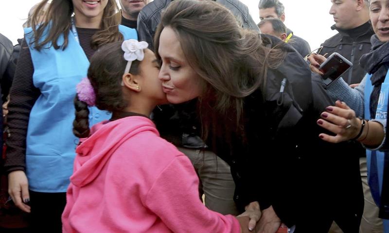 الممثلة الأمريكية أنجلينا جولي في زيارة إلى مخيم الزعتري - 28 كانون الثاني 2018 (AP)