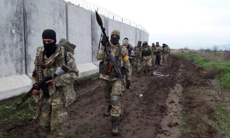 """عناصر من """"الجيش الحر"""" أثناء تقدمهم البري إلى منطقة عفرين - 21 كانون الثاني 2017 (TRT)"""