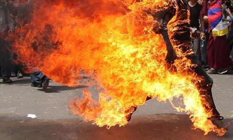 تعبيرية: رجل يضرم النار في نفسه