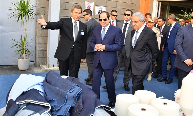 الرئيس المصري عبد الفتاح السيسي إلى جانب رجل الأعمال السوري محمد كامل شرباتي (وسائل إعلام مصرية)
