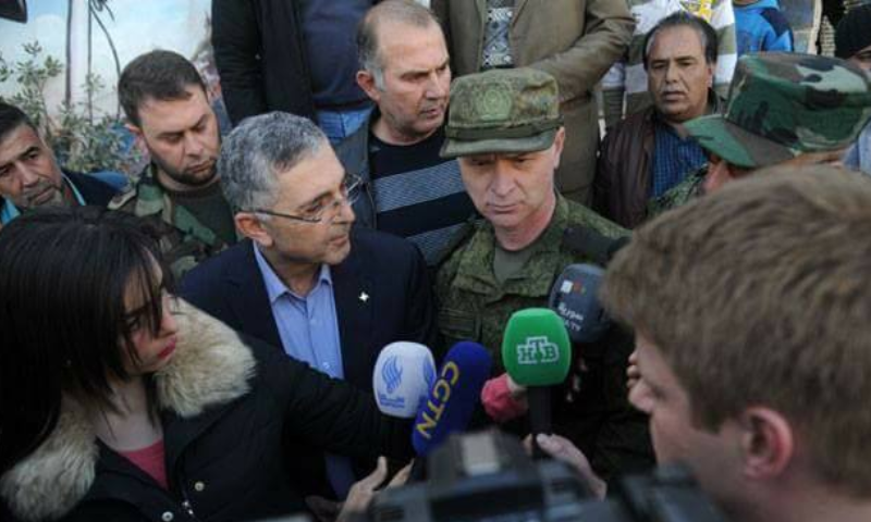 """وزير """"المصالحة الوطنية"""" في حكومة النظام، علي حيدر، مع وفد المصالحة الروسي في البويضة (فيس بوك)"""