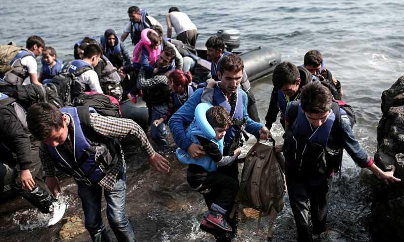 لاجؤون سوريون يعبرون البحر (BBC)