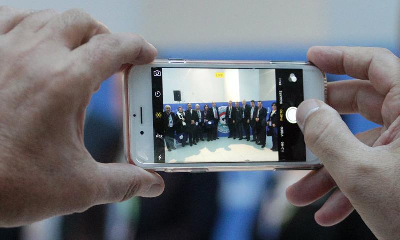 مشاركون في مؤتمر سوتشي يأخذون صورًا تذكارية - 30 كانون الثاني 2018 (تاس)