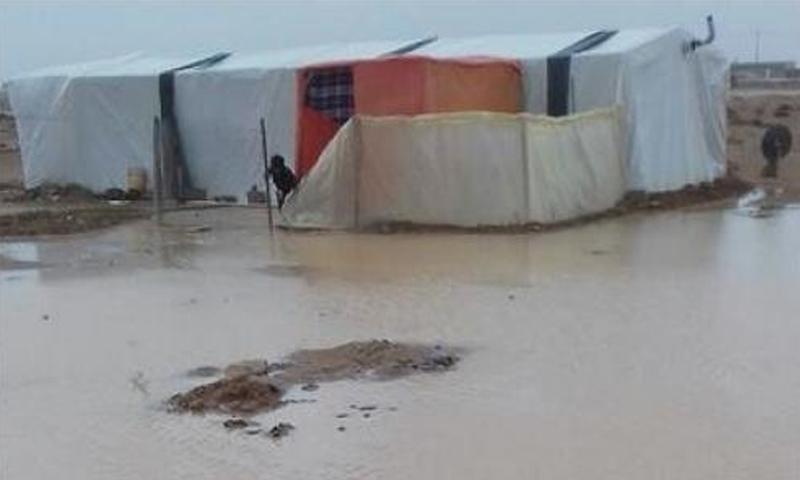 تسلل المياه إلى بعض الخيم في مخيم الزعتري بالأردن - الجمعة 5 كانون الثاني (الغد)