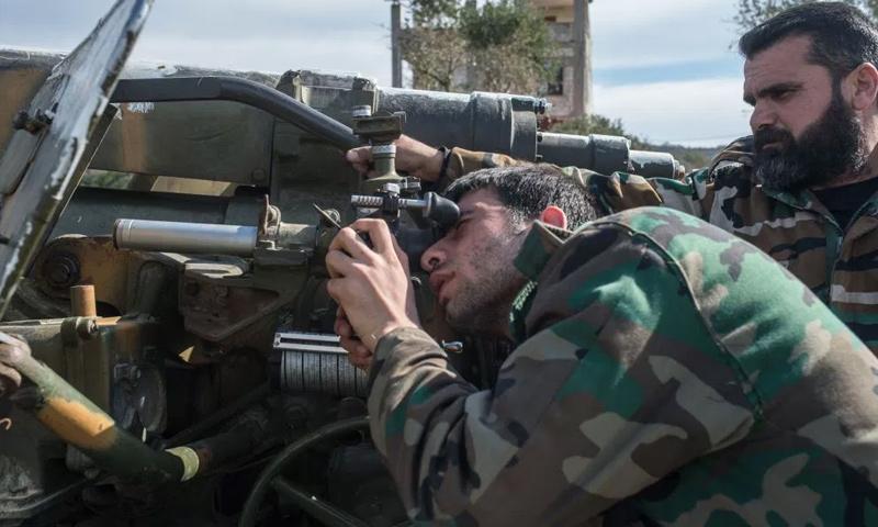 عناصر من قوات الأسد خلال العمليات العسكرية تجاه مطار أبو الضهور العسكري شرقي إدلب - (سبوتنيك)