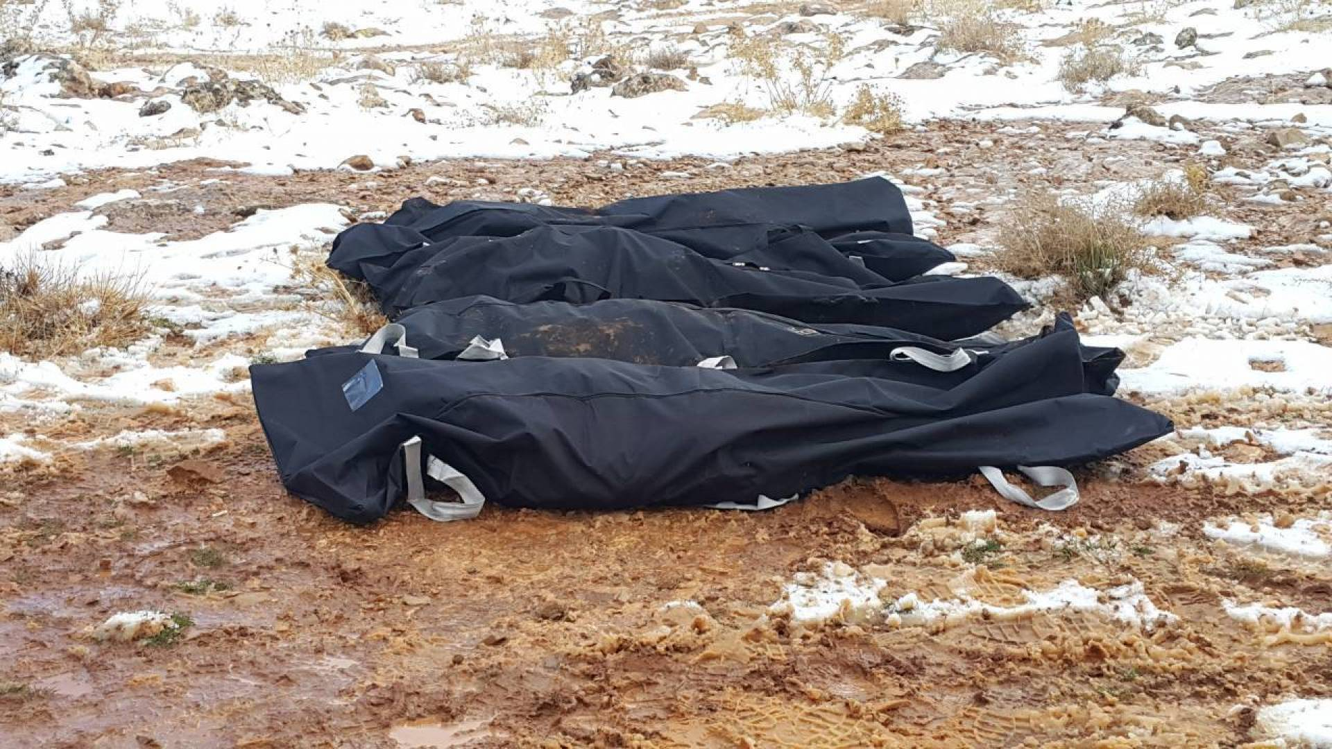 جثث للاجئين سوريين حاولوا عبور الحدود السورية اللبنانية في منطقة الصويري في البقاع اللبناني (النهار)