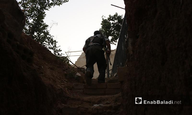 مقاتل في صفوف المعارضة أثناء المعارك في محيط إدارة المركبات في عربين-(أرشيف عنب بلدي)