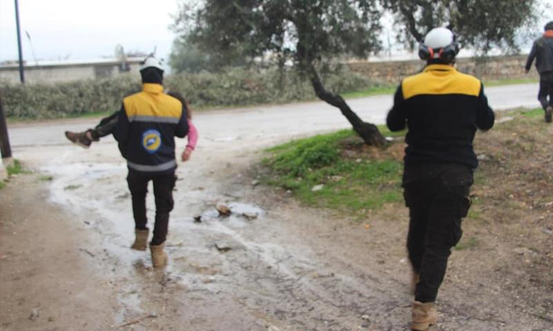 فرق الدفاع المدني تسعف جرحى القصف الجوي على بلدة سنقرة غربي إدلب - 24 كانون الثاني 2018 (الدفاع المدني)