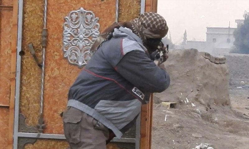 """مقاتل من تنظيم """"الدولة الإسلامية"""" في معارك دير الزور ضد """"قسد"""" - 26 كانون الثاني 2018 (أعماق)"""