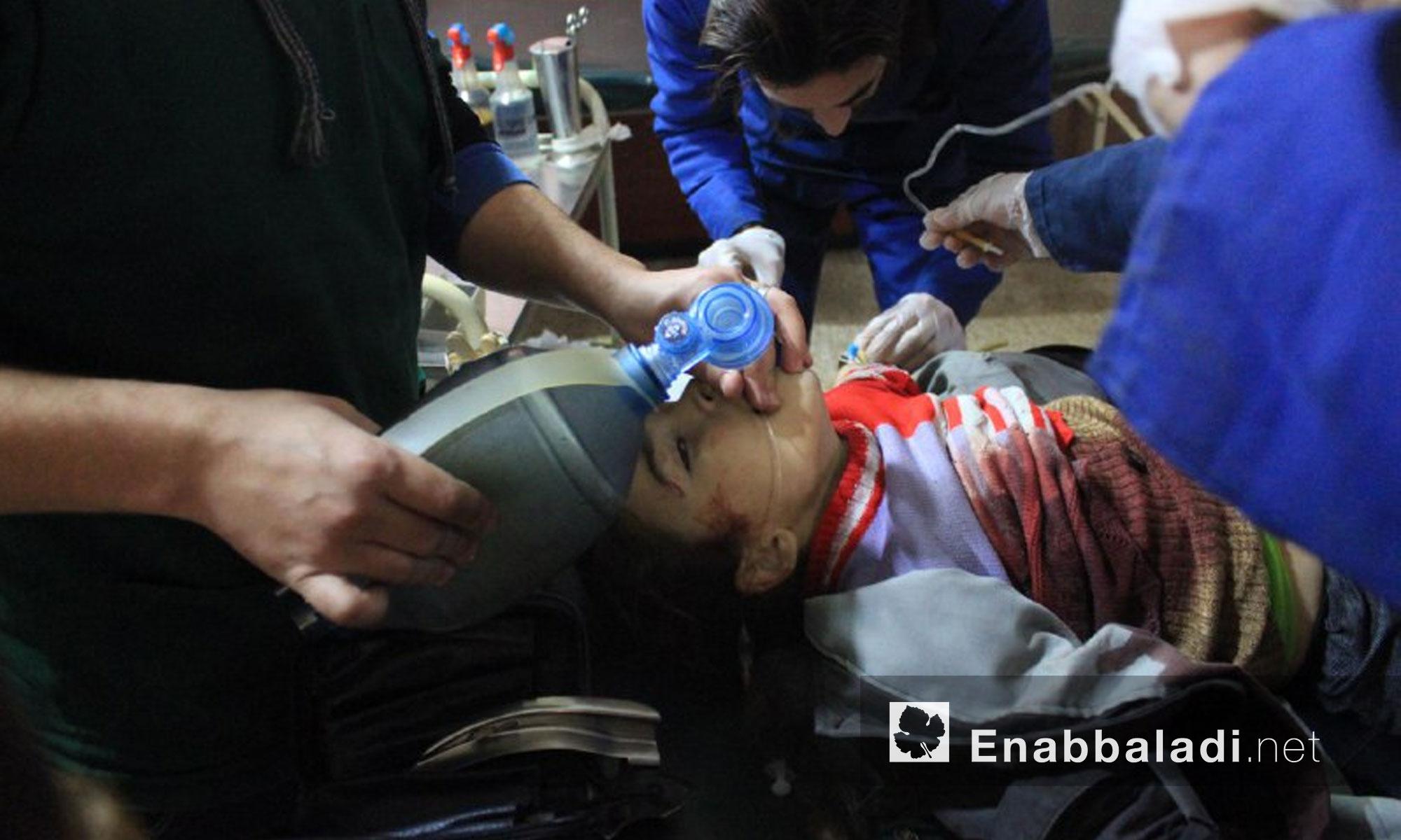 جرحى جراء القصف على بلدة حمورية في الغوطة الشرقية - 9 كانون الثاني 2018 (عنب بلدي)