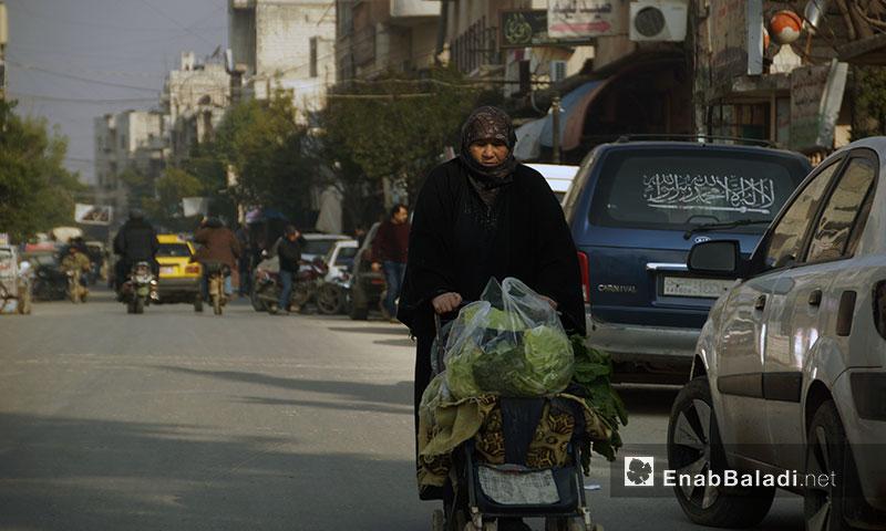 امرأة تجر عربة خضار في مدينة إدلب - 13 كانون الثاني 2018 (عنب بلدي)
