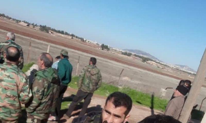 عناصر من قوات الأسد على تخوم مطار أبو الظهور العسكري شرقي إدلب - 20 كانون الثاني 2018 (تويتر)
