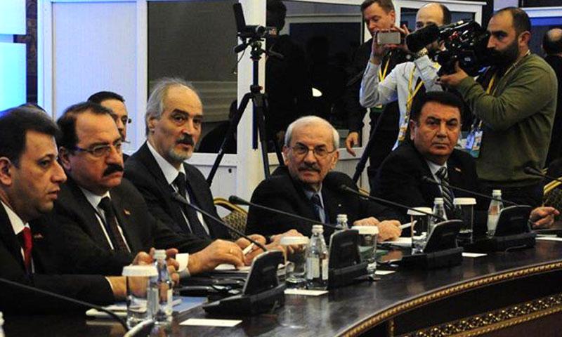 أحمد عرنوس (وسط الصورة) إلى يمين الجعفري في محادثات أستانة - 2017 (وكالات)