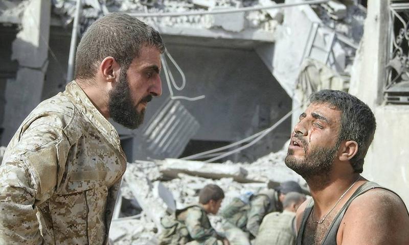 جريح من قوات الأسد أصيب خلال المعارك الدائرة على جبهة حي جوبر شرقي دمشق - كانون الأول 2017 (وسيم عيسى)