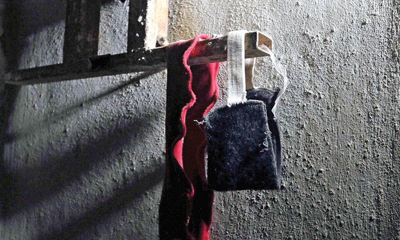 عصابة عينين في مشهد تمثيلي عن سجن صيدنايا (إنترنت)