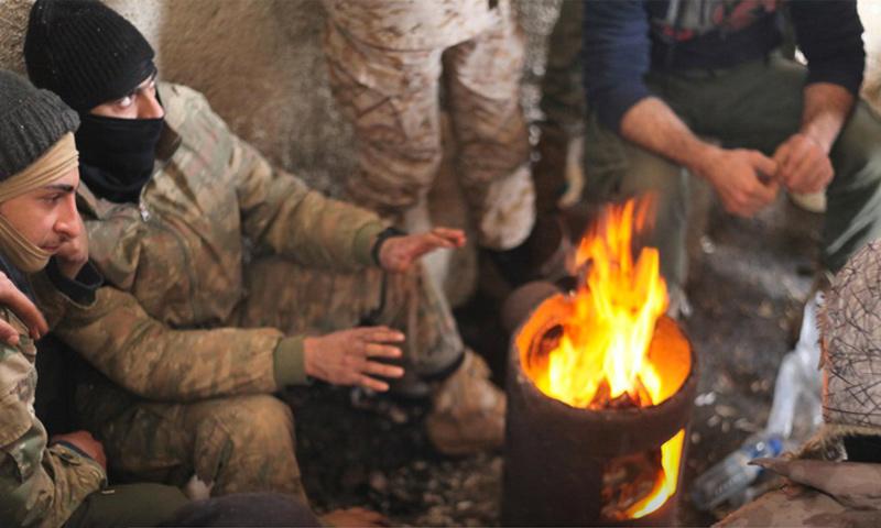 """مقاتلو """"تحرير الشام"""" في استراحة في بلدة أبو الظهور قرب المطار العسكري (وكالة إباء)"""