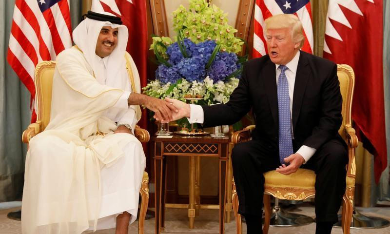 الرئيس الأمريكي دونالد ترامب، مع أمير قطر تميم بن حمد آل ثاني (رويترز)