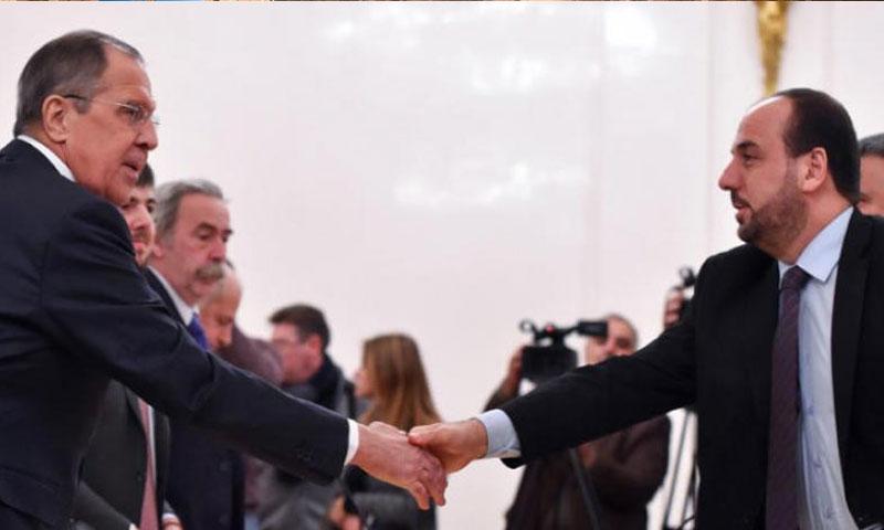 رئيس وفد المعارضة نصر الحريري مصافحًا وزير الخارجية الروسي سيرغي لافروف في موسكو - 22 كانون الثاني 2018 (AFP)