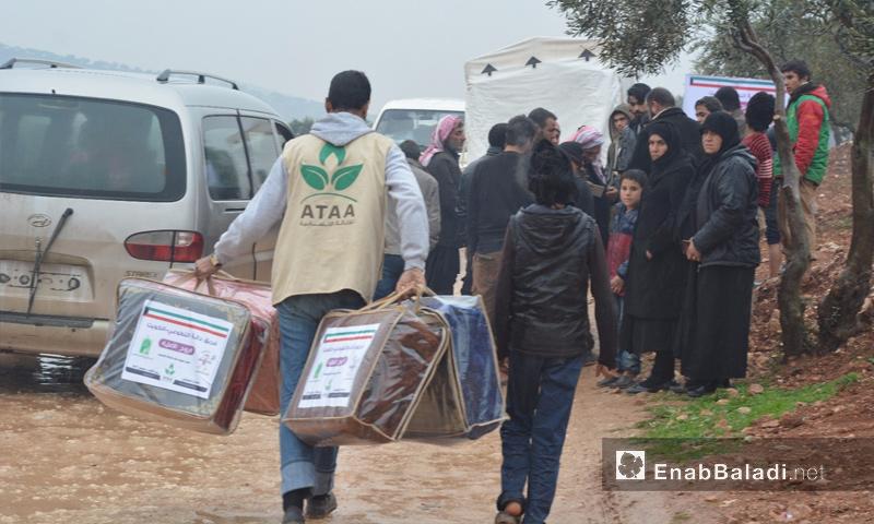 توزيع المساعدات على نازحي حماة وإدلب في مخيمات أطمة وقاع بريف المحافظة - 5 كانون الثاني 2018 (عنب بلدي)