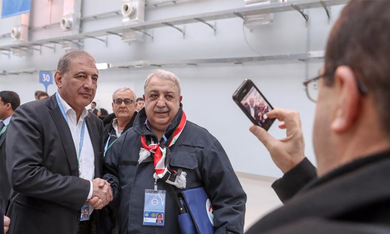 معراج أورال يصافح رئيس منصة موسكو قدري جميل في سوتشي - 30 كانون الثاني 2018 (تاس)