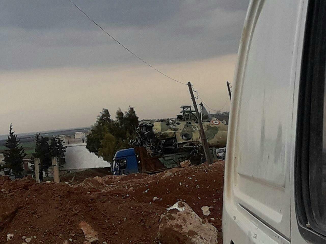 شاحنة تنقل بقايا طائرة هليكوبتر في منطقة مطار تفتناز بريف إدلب - شباط 2018 (فيس بوك)