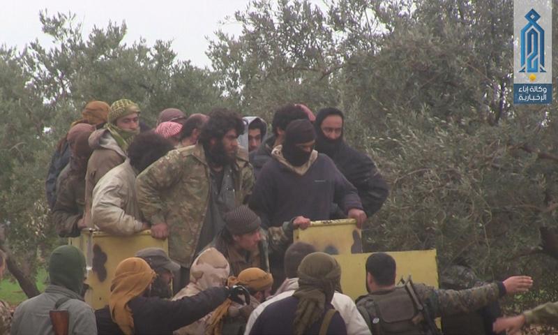 """عناصر من تنظيم """"الدولة الإسلامية"""" بعد تسليم أنفسهم لفصائل المعارضة جنوبي إدلب - 13 شباط 2018 (وكالة إباء)"""