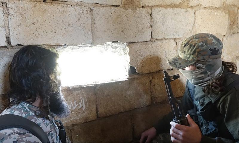 """تعبيرية: عنصران من """"تحرير الشام"""" على جبهات ريف إدلب الجنوبي - 20 شباط 2018 (إباء)"""