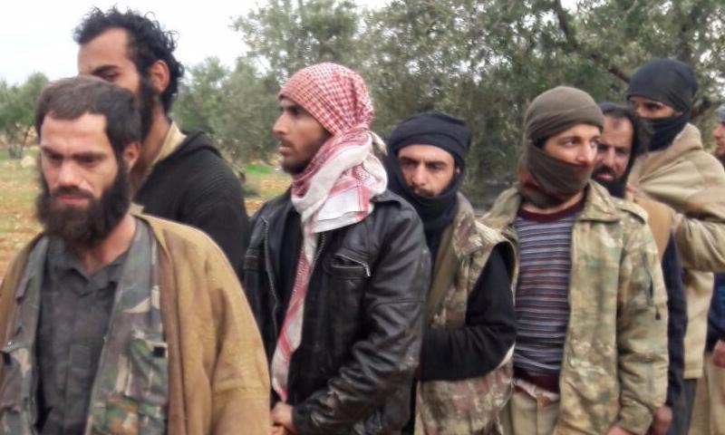 """أسرى من تنظيم """"الدولة الإسلامية"""" بيد فصائل """"الجيش الحر"""" جنوبي إدلب - 13 شباط 2018 (ناشطون)"""