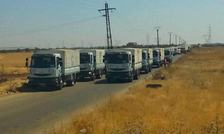 """قافلة مساعدات أسهم """"الهلال الأحمر"""" بوصولها إلى مدينة نوى بريف درعا - تموز 2016 (فيس بوك)"""
