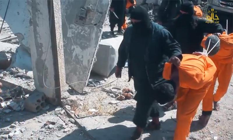 """عناصر من """"جيش خالد"""" يقتادون أشخاصًا في درعا لإعدامهم - 26 شباط 2018 (جيش خالد)"""