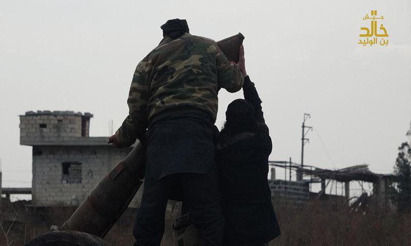 """عنصران من """"جيش خالد"""" خلال التجهيز لقصف المعارضة غربي درعا - 9 شباط 2018 (جيش خالد)"""