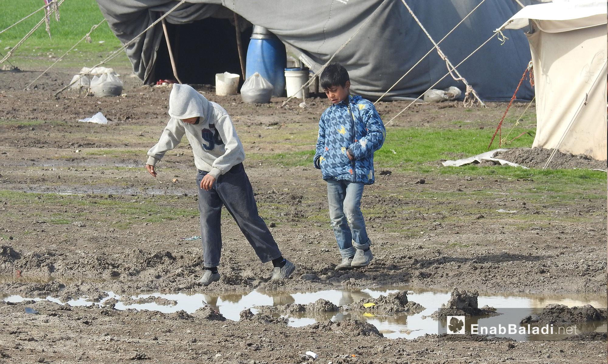 طفلان يلعبان في مخيم المرج بريف حلب الشمالي - 19 شباط 2018 (عنب بلدي)