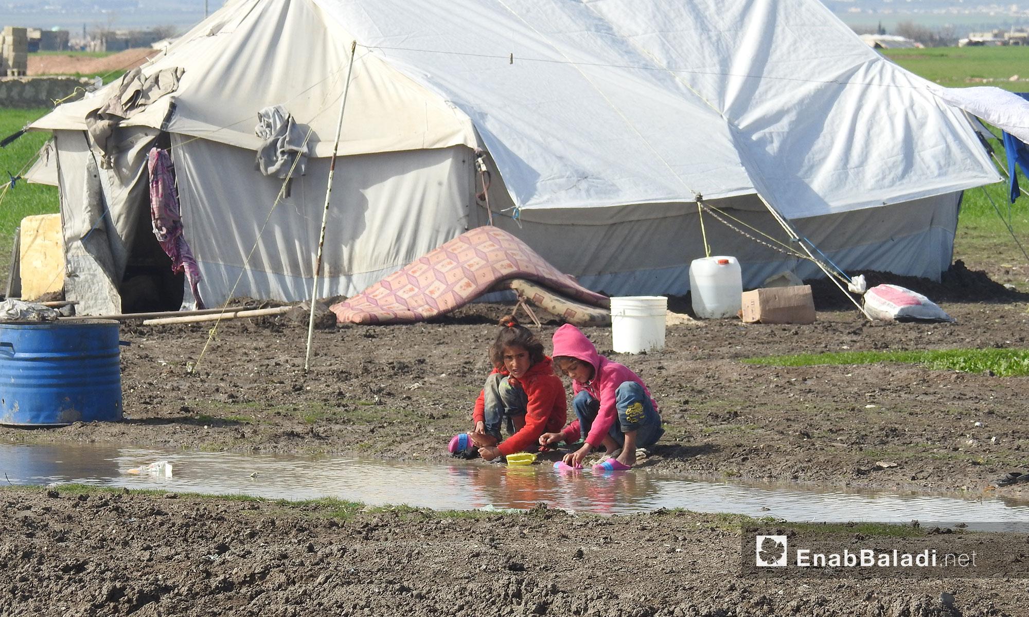 طفلتان تلعبان حول بركة مياه في مخيم المرج بريف حلب الشمالي - 19 شباط 2018 (عنب بلدي)