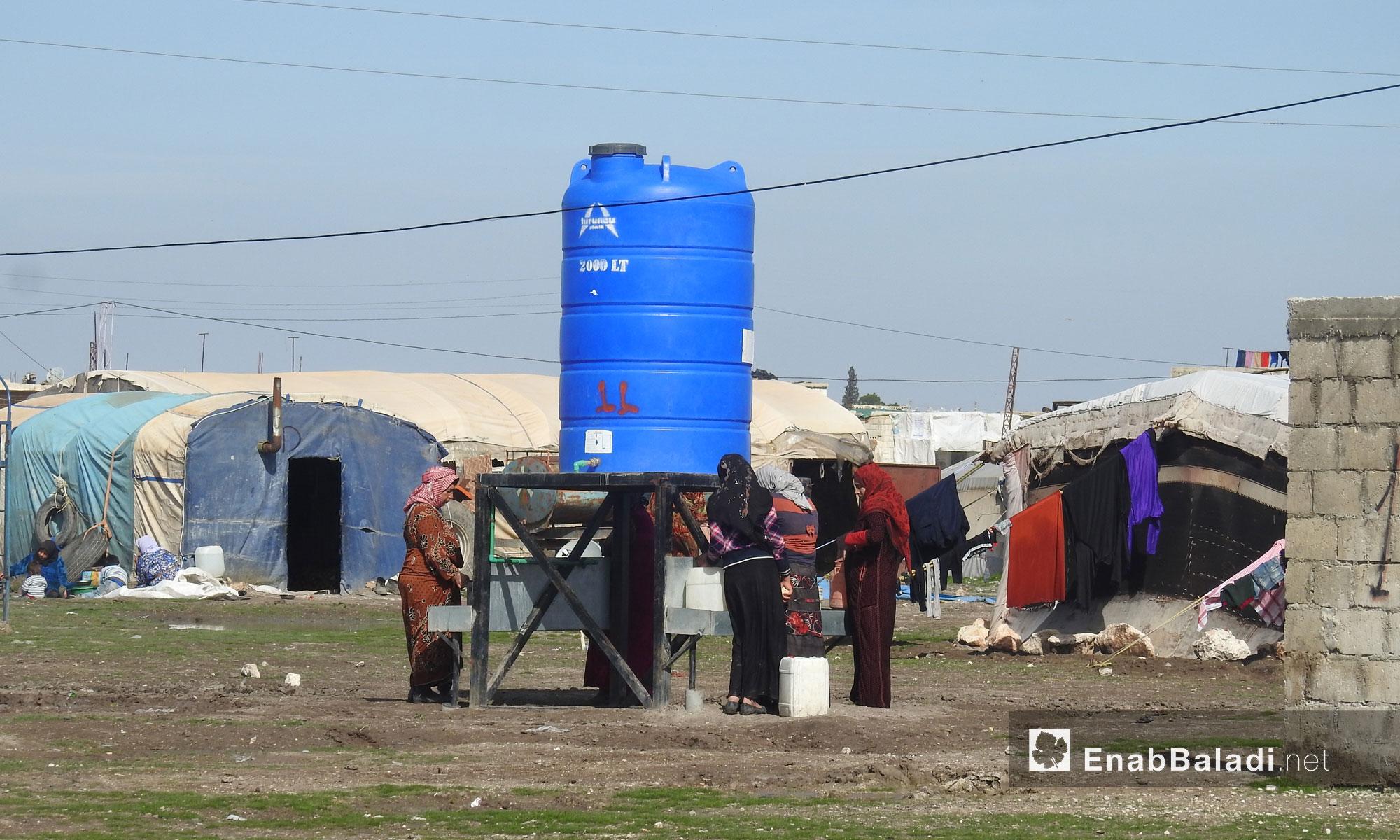 نساء يجتمعن حول خزان مياه في مخيم المرج بريف حلب الشمالي - 19 شباط 2018 (عنب بلدي)