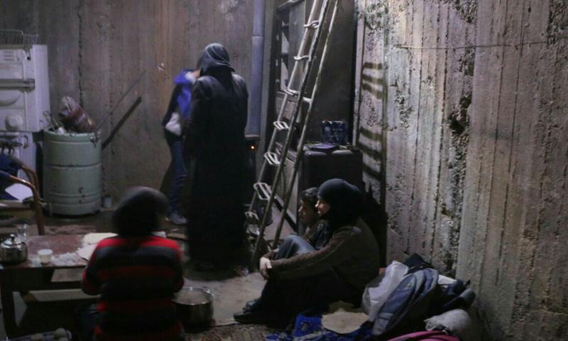عائلة من الغوطة الشرقية تسكن في أحد الملاجئ (مكتب دمشق الإعلامي)