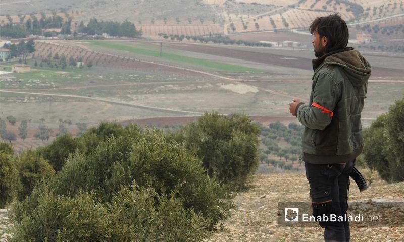 عنصر من الجيش الحر أثناء مشاركته في المعارك على محور شران بريف عفرين - 11 شباط 2018 (عنب بلدي)