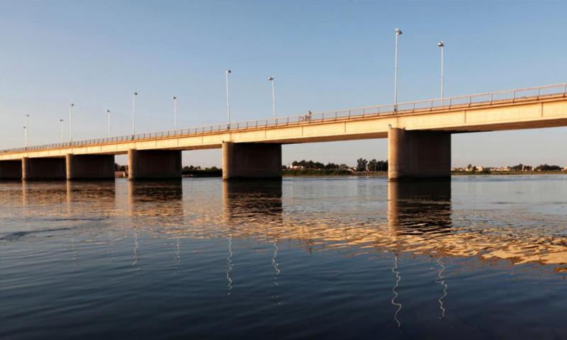 منظر لنهر الفرات خلال غروب الشمس في محافظة الرقة- 15 أيار 2013 (رويترز)