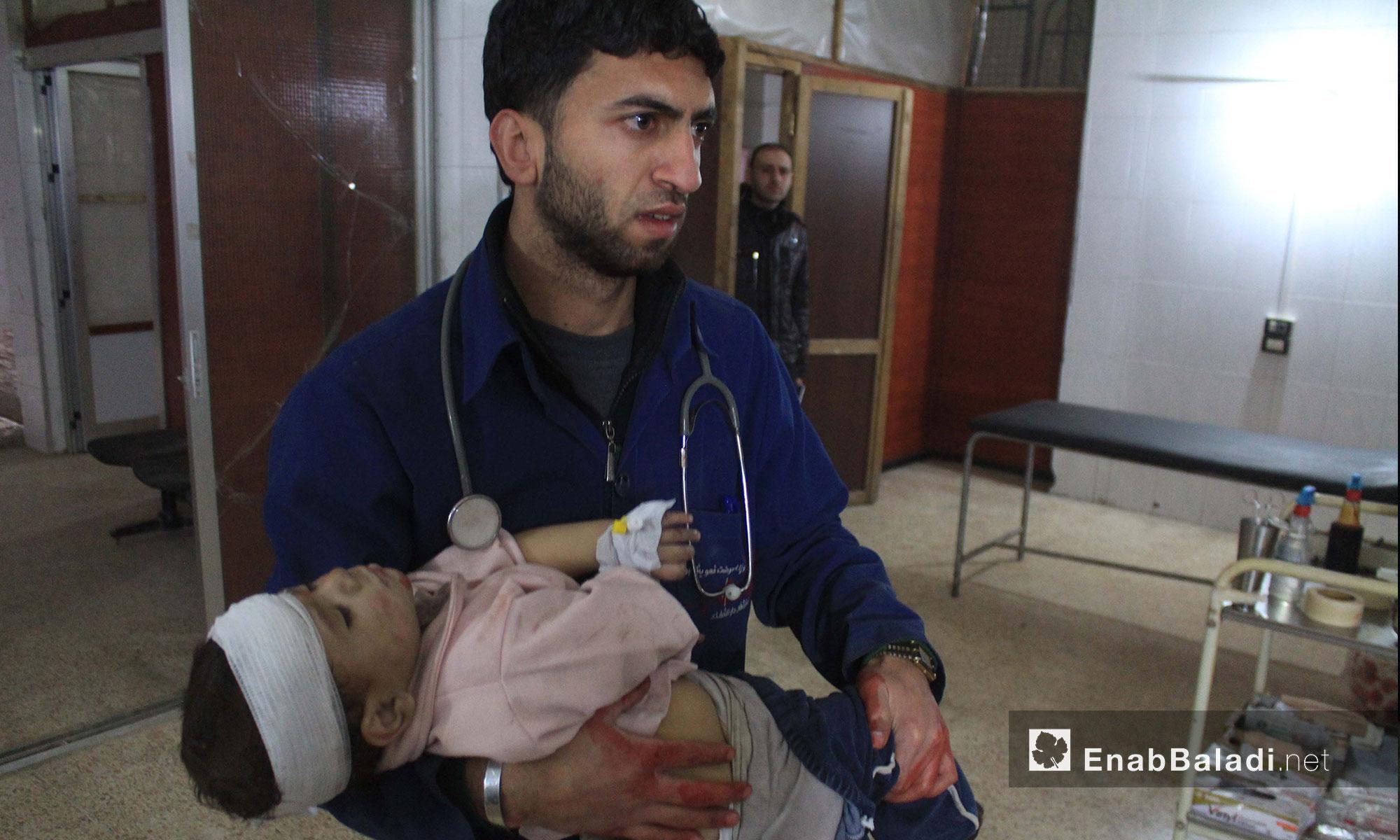 اسعاف طفلة في أحد مشافي الغوطة الشرقية - 21 شباط 2018 (عنب بلدي)